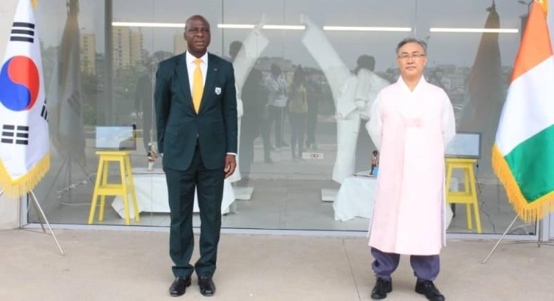 Son Excellence Lee Sang Ryul, à droite, a décidé de coupler l'inauguration et les 60 ans d'amitié ivoiro-coréenne. (DR)