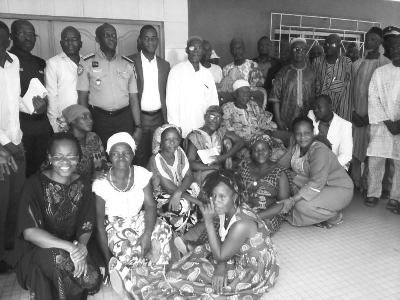 Le roi Kongo Lagou III, les responsables de l'Ong Wanep et des participants à la rencontre après les échanges. (Dr)