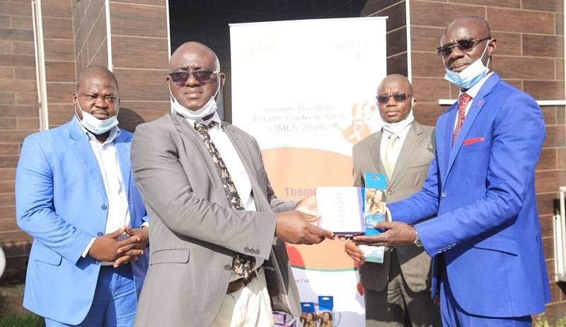 Le secrétaire exécutif de la Ceci, Dr Doua Zaka remettant symboliquement les dons au Dr Mathurin Koffi, médecin chef du service médical de la Sodeci. (Dr)