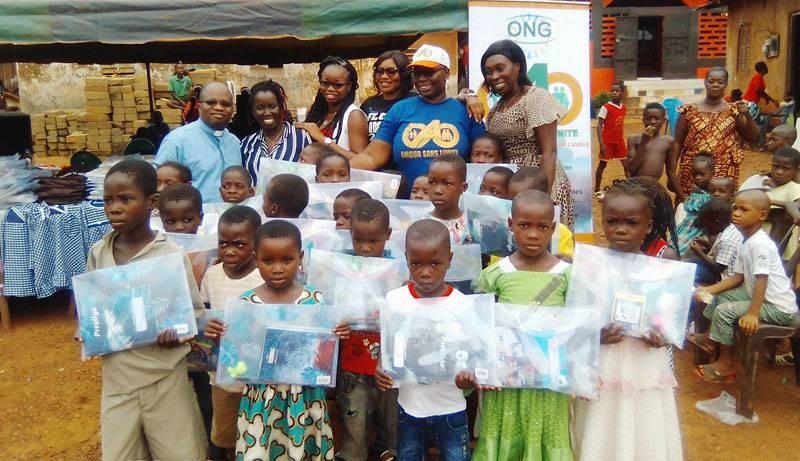 """Près de 500 élèves du village de Tiagba ont reçu des kits scolaires de la part des Ong """"Amour sans limite"""" de """"Evod"""". (DR)"""