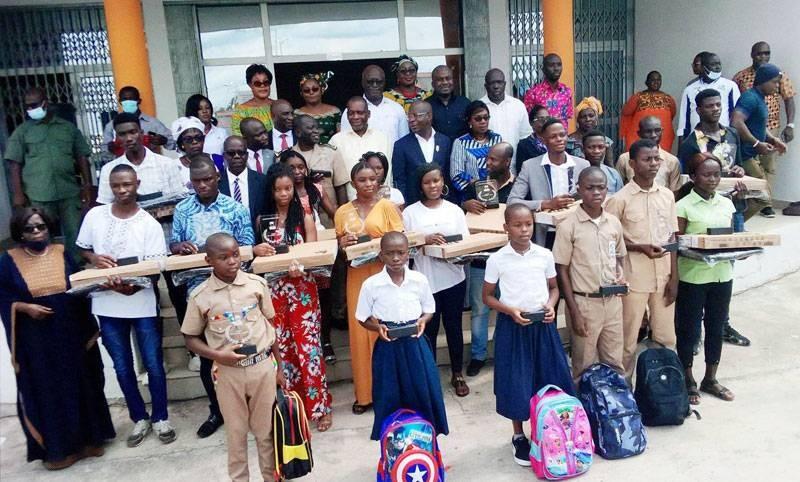 Le préfet d'Agboville, Sihindou Coulibaly, a profité de la cérémonie de remise de prix d'excellence aux élèves pour les sensibiliser au respect des dates officielles des congés. (Photo : DR)