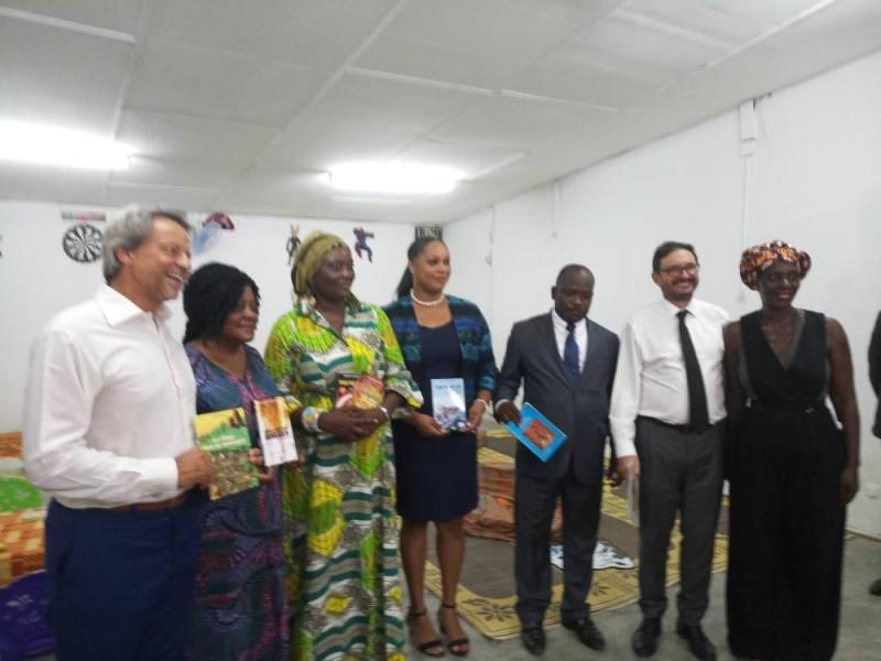 L'ambassadeur de l'Ue (1er plan), celui de la Belgique (cravate) en compagnie de Chantal Djédjé, de M. Bamba (costume) en compagnie de trois écrivaines présentes dans la  ludothèque-bibliothèque jeunesse (Ph: Salif D. CHEICKNA)