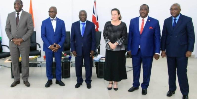 Les membres du gouvernement et l'ambassadeur du Royaume-Uni en Côte d'Ivoire se sont prêté à une photo de famille pour immortaliser la rencontre.  (DR)