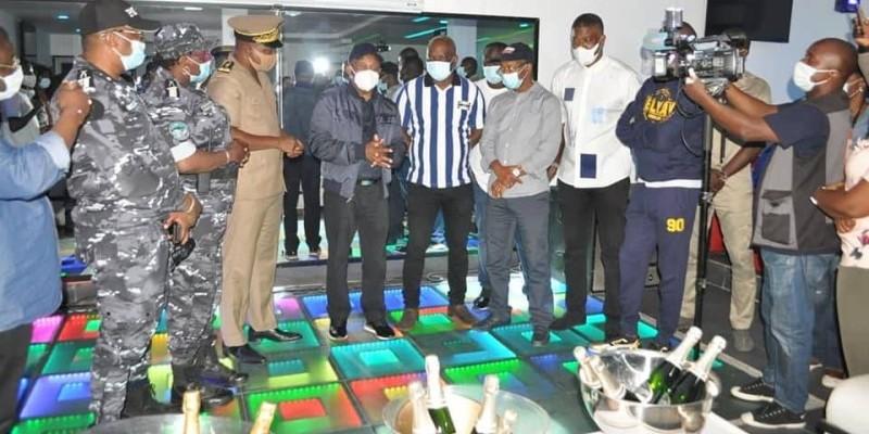 Le ministre Siandou Fofana lors d'une visite inopinée dans un nigh-club à la Rue princesse. (DR)