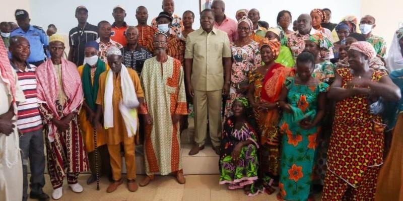 Le coordonnateur régional Rhdp,  Amedé Kouakou et des habitants de Hiré après la rencontre de remerciement.