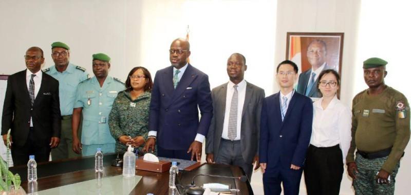 Le ministre Alain-Richard Donwahi (au centre) a donné à son cabinet le coup d'envoi officiel du projet, en présence des partenaires et de ses proches collaborateurs. (Photo : DR)