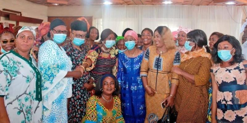 Les femmes de la plateforme AGC, accompagnées des ministres Ly Ramata et Kandia Camara, après la rencontre. (Dr)