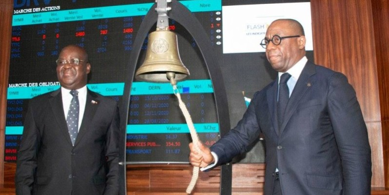 Le président de la Boad, Serge Ekué (à droite), procédant à la sonnerie de la cloche en présence du directeur général de la Brvm, Edoh Kossi Amenounvé. (DR)