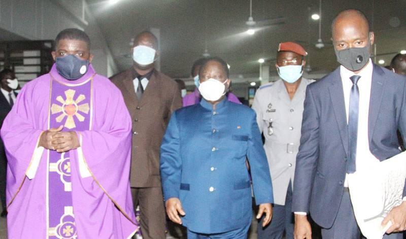 Le Président Henri Konan Bédié (au centre), en compagnie du prêtre célébrant, le père Ebrin Loïc. (Photo : Véronique Dadié)