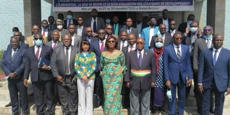 Les participants à l'atelier, après la cérémonie d'ouverture présidée par la ministre Kaba Nialé (au centre). (Photo : Dr)