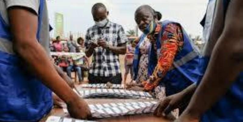 Le commission électorale ghanéenne en train de compter les bulletins de vote (Ph Afp)