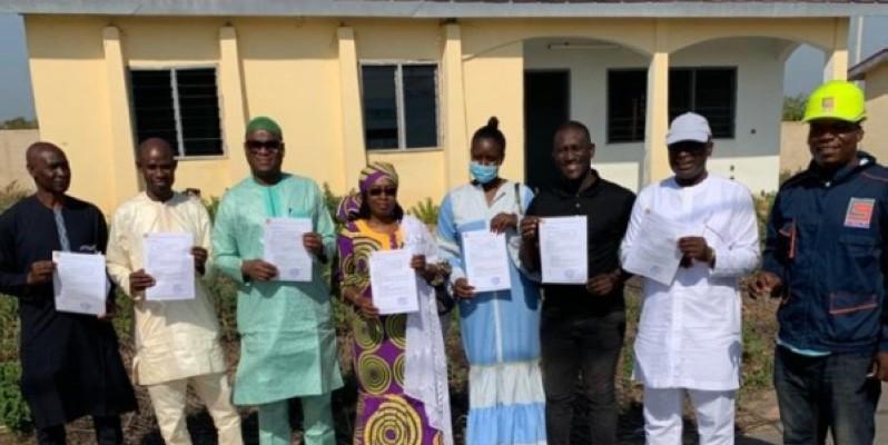 Les heureux acquéreurs de la Cité des cadres de Kong brandissant leurs documents de propriété. (photo : Dr)