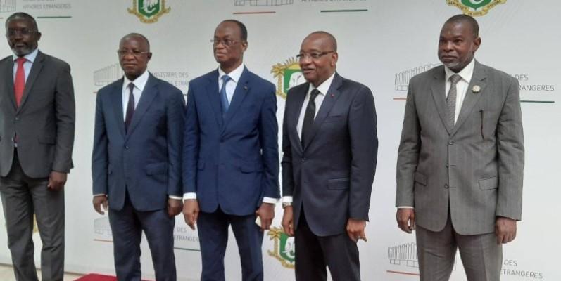 Le Secrétaire général du ministère des Affaires étrangères (au centre) en compagnie de plusieurs autorités, participants au séminaire. (DR)