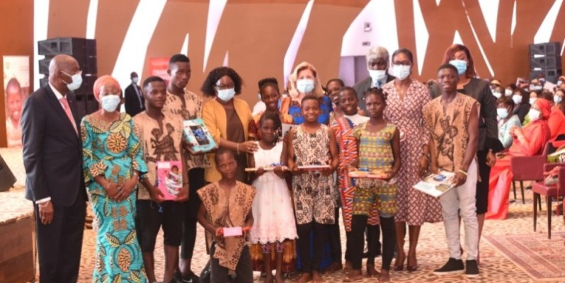 Ces enfants en compagnie des autorités espèrent un aboutissement heureux de cette campagne. (Cabinet de la Première Dame)