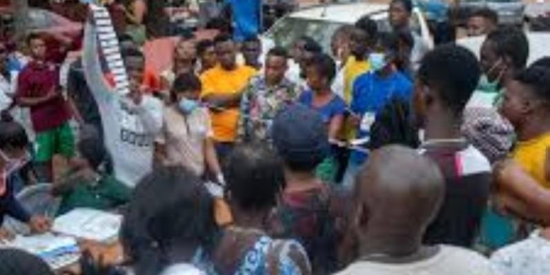 Dépouillement public dans un bureau de vote d'Osu, à Accra (Ghana), au soir des élections générales du 7 décembre 2020. (Dr)