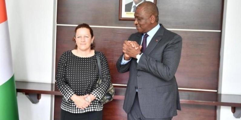 Le Premier ministre Hamed Bakayoko en compagnie de l'ambassadeur de Grande-Bretagne. (DR)