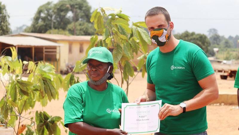 Une productrice de cacao reçoit un certificat de fin de formation de la part de la SOCODEVI. (photo : Dr)