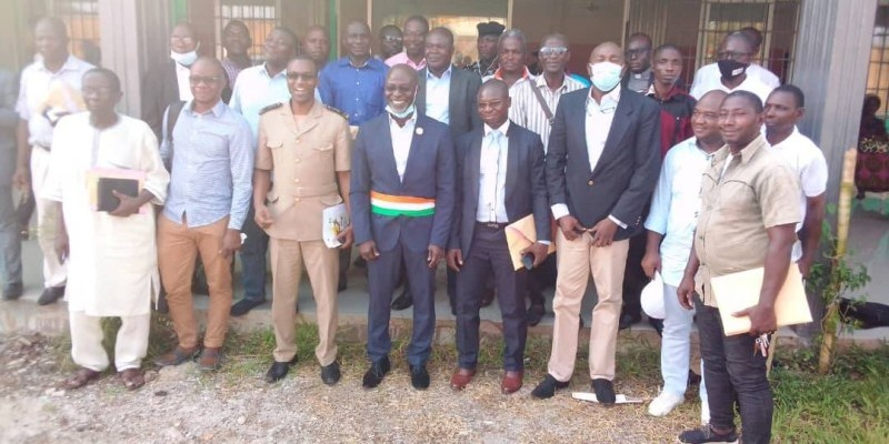 Des conseillers municipaux autour du maire et de l'autorité préfectorale au terme de la réunion