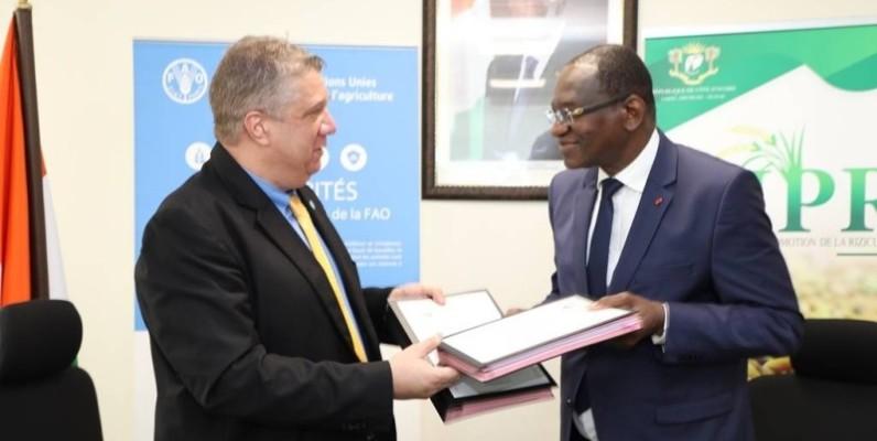 Echange de parapheur entre les deux parties, après la signature de l'accord de partenariat.  (DR)