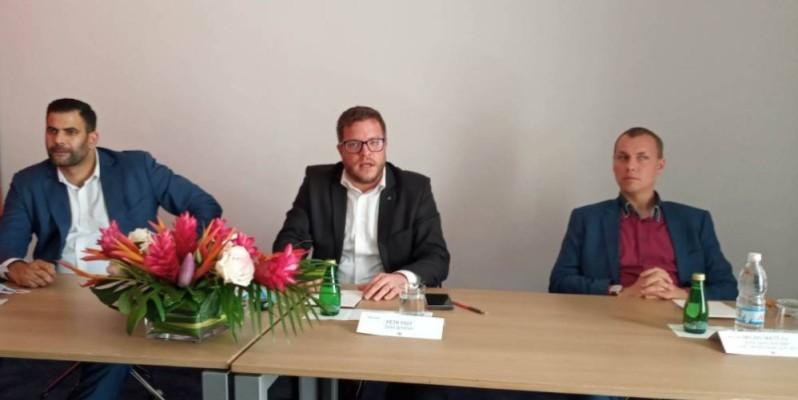 M. Petr Foit (au milieu), vice-président de l'Association des producteurs de matériels médicaux, veut continuer à aider la Côte d'Ivoire. (Dr)
