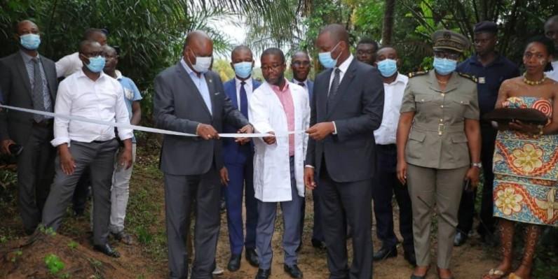 Mamadou Touré a procédé à la coupure symbolique du ruban marquant la livraison officielle du projet Pi 3300 aux premiers bénéficiaires. (photo : Dr)