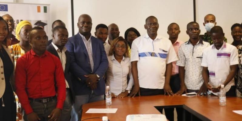 Les enseignements ont été dispensés par Koby Yves Bernard, directeur des ressources humaines à Sucrivoire (3ème à partir de la gauche). (DR)