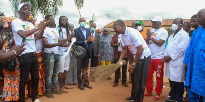 Le parrain, Hassan Kanté, a donné le coup d'envoi de l'opération ''Le balai du Pardon''.(DR)