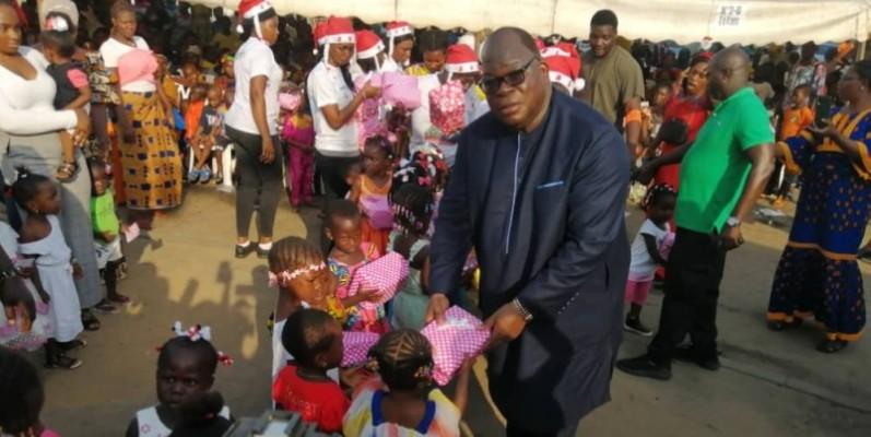 Le ministre Laurent Tchagba, député d'Attécoubé, communiant avec les enfants des différents quartiers de la commune. (Dr)