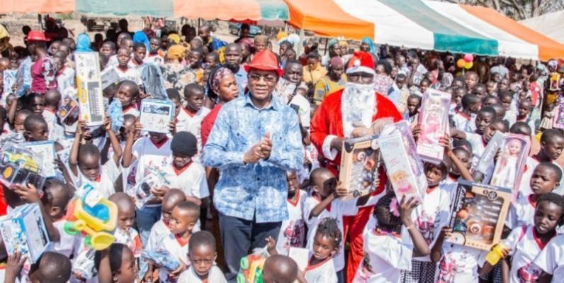 Des milliers d'enfants de la région ont retrouvé le sourire aux côtés du Père Noël grâce au ministre. (Dr)