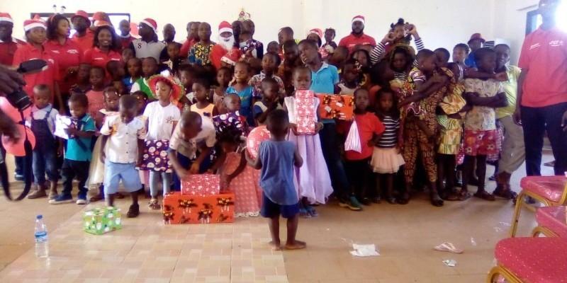 Après avoir distribué les cadeaux, le Père Noël, les donateurs et les heureux bénéficiaires se sont prêtés à une photo de famille. (DR)