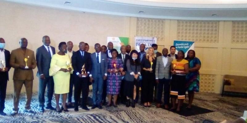Organisateurs, récipiendaires et invités se sont prêtés à une photo de famille pour immortaliser l'évènement. (DR)