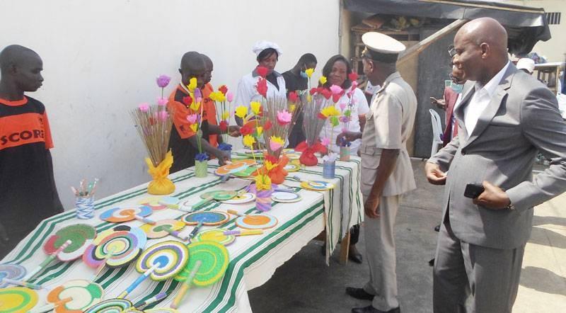 Une exposition-vente a permis aux autorités d'apprécier le travail artisanal réalisé par ces mineurs infracteurs. (Dr)