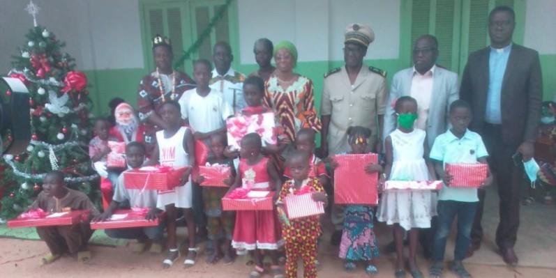 La ministre Ly Ramata et les autres officiels ont posé avec les enfants qu'elle a comblés de bonheur.(DR)