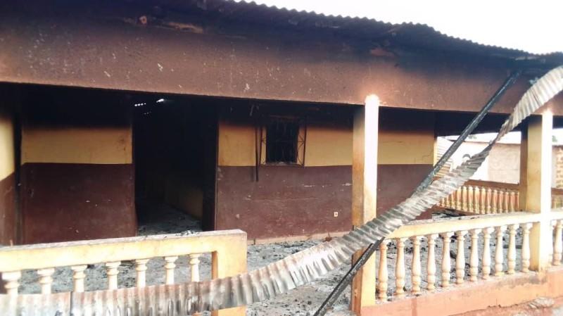 Une vue d'une maison incendiée. (photo : Saint-Tra Bi)