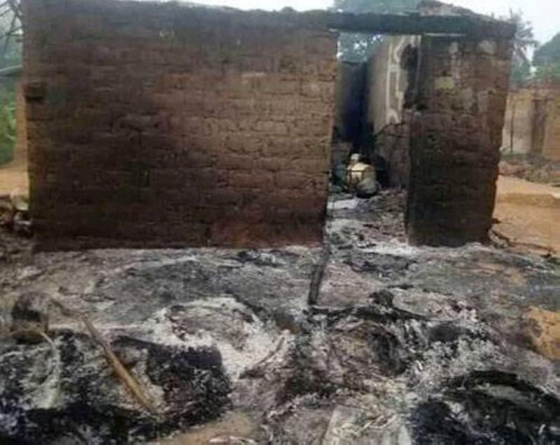 Une vue d'une des maisons incendiées. (photo : Dr)