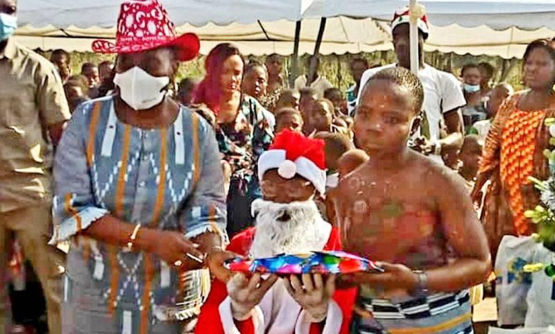 Raymonde Goudou-Coffie assiste le père Noël dans la distribution des cadeaux. (Dr)