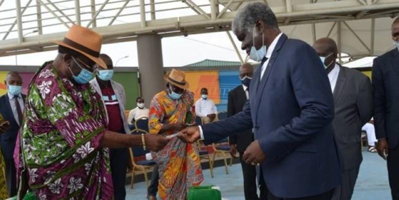 Beugré Mambé remettant un échantillon du don du Chef de l'Etat à un représentant de la chefferie traditionnelle (DR)