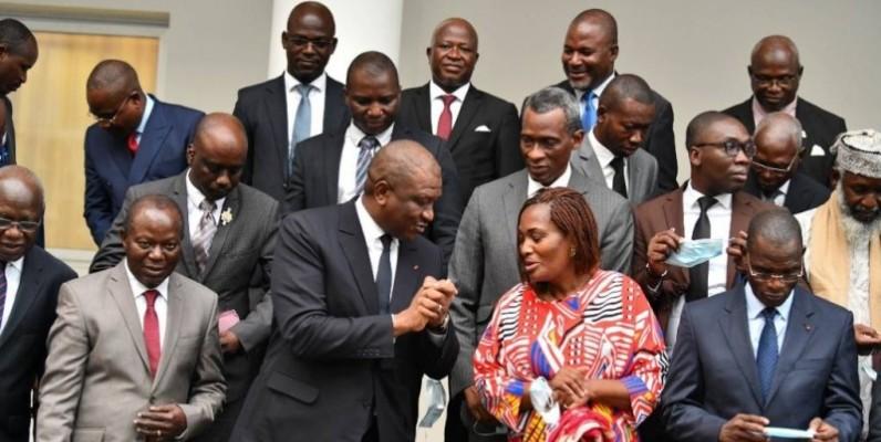 Le Premier ministre Hamed Bakayoko entouré dse responsables de partis politiques et de la société civile. (DR)