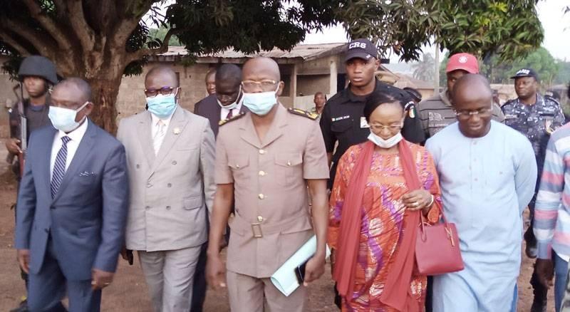 Le ministre de la Réconciliation nationale (en costume bleu à l'extrême gauche) en compagnie des autorités administratives a rendu une visite aux familles endeuillées.  (photo : Saint-Tra Bi)