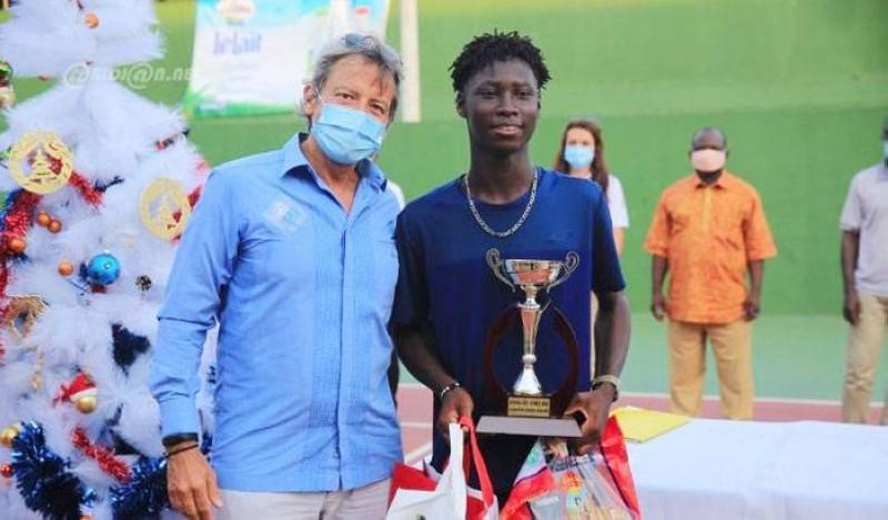 L'ambassadeur de l'Union européenne en Côte d'Ivoire SEM. Jobst Von Kirchmann qui présidait la finale du tournoi a remis le trophée du vainqueur. (Dr)
