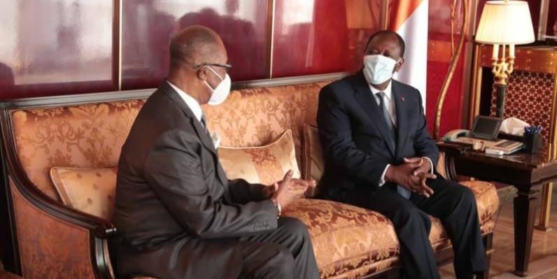 Le Président Alassane Ouattara (à droite) a échangé avec l'ambassadeur du Ghana en Côte d'Ivoire, Laryea Frederick Daniel. (DR)