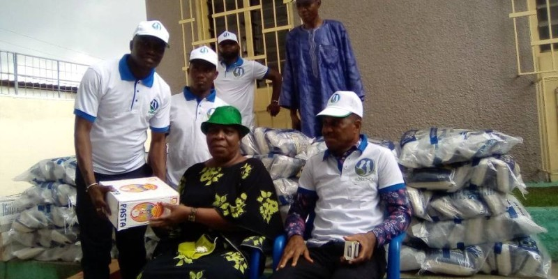 Des bénéficiaires reçoivent de façon symbolique le don. (DR)