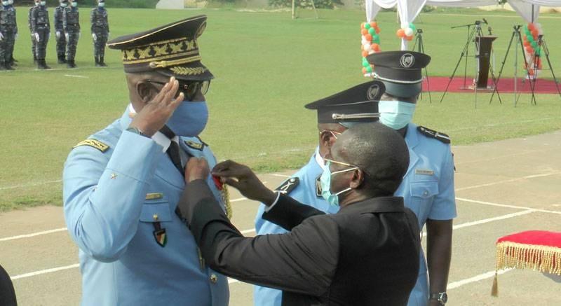 L'administrateur général de police Kouyaté Youssouf recevant sa décoration des mains de la tutelle. (photo : Dgpn)