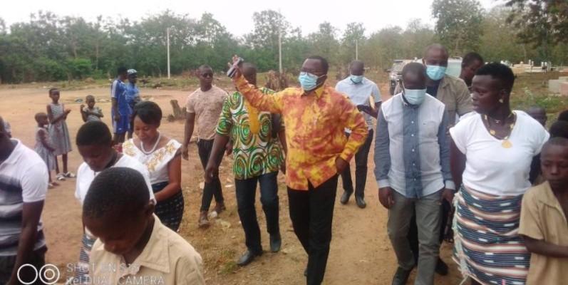 Le ministre Danho Paulin (main levée) a été célébré dans son village maternel. (DR)