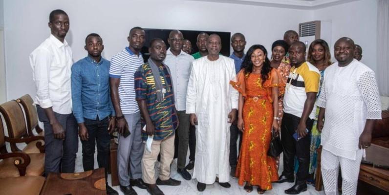 Le ministre Amadou Koné et les journalistes ont immortalisé la rencontre par une photo de famille. (DR)