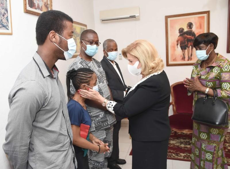 La Première dame a eu un mot de réconfort pour chaque membre de la famille, surtout pour les enfants de la défunte. (DR)
