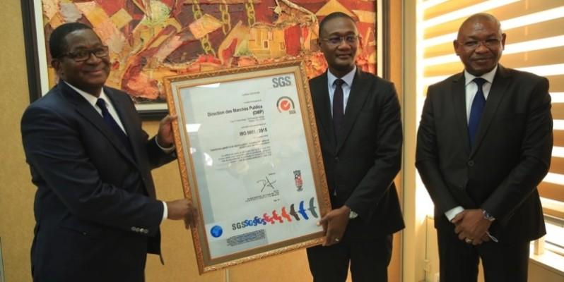 Remise du certificat ISO 9001 version 2015 de la Dgmp au ministre du Budget et du Portefeuille de l'Etat, Moussa Sanogo (à droite). (Dr)