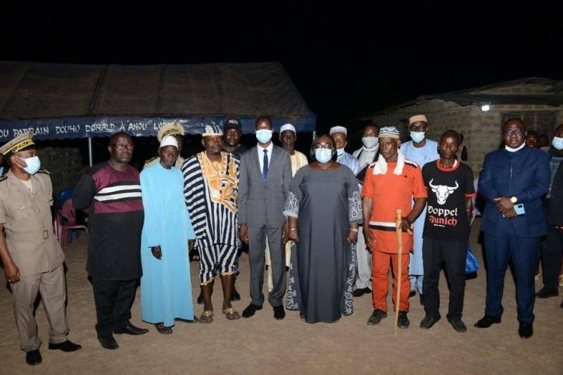 Des autorités, chefs religieux et chefs de communauté autour de la ministre Anne Ouloto qui a prôné la paix et la cohésion sociale à Petit-Guiglo (DR)