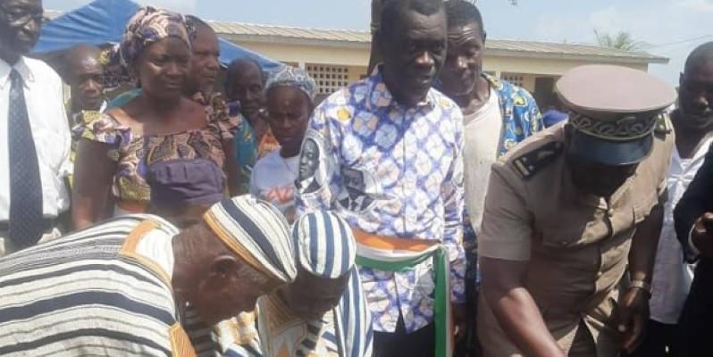 Le sous-préfet, Tapé Laba, donne le premier coup de truelle, sous le regard du maire, Méman André Narcisse (DR)