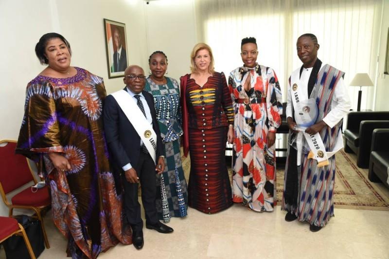 La Première dame Dominique Ouattara entourée des lauréats, de la chanteuse sud africaine Nocembo Zikode et la ministre Raymonde Goudou Coffie. (SERCOM)